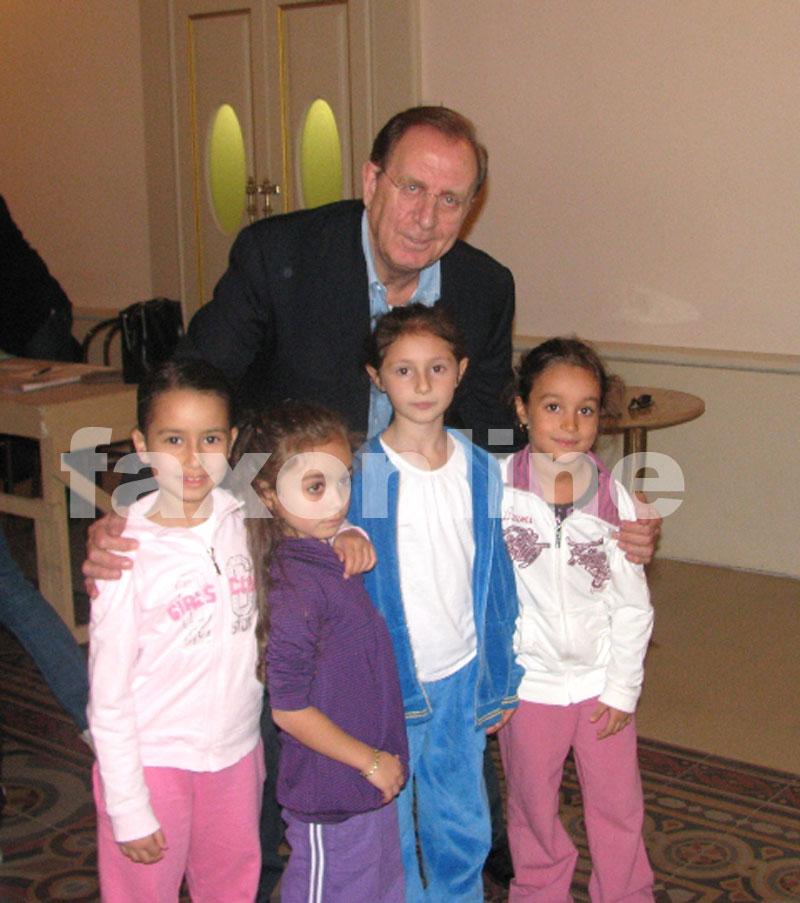 Le-piccole-ballerine-turesi-con-Michele-Mirabella