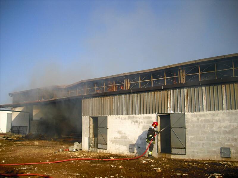 foto2c_25.8.2011-gioia_del_colle_incendio_azienda_agricola_2
