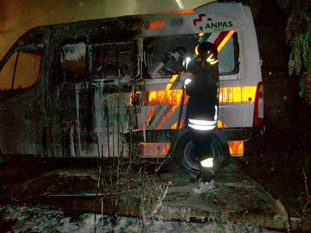 foto2c-incendio_nuova_ambulanza_di_turi_soccorso_ore_430_del_17.8.2011_danni_x_80.00000euro_11