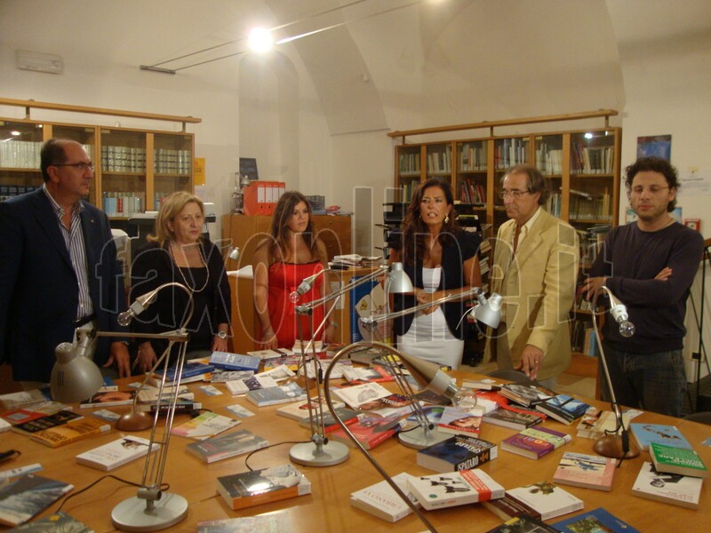 bovino_riceve_libri_per_biblioteca