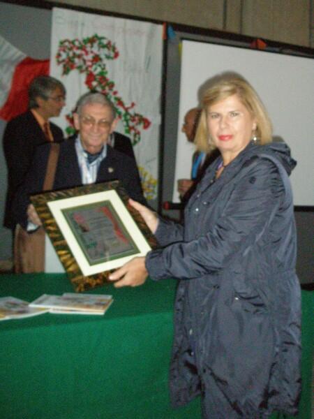 Filatelia_La_prof_Maria_D_Talenti_ritira_la_targa_del_premio