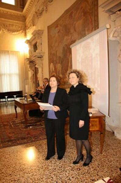 VICENZA__Il_funzionario_addetto_alla_cultura_della_Banca_Intesa_premia_lUniversit_di_Mola