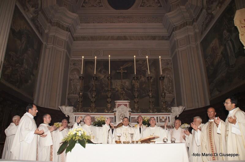 tutti_i_sacerdoti_sull_altare_x_don_biagio_lavarra