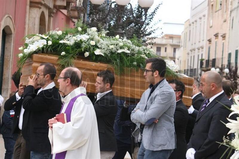 foto_2c_informa_gli_amici_portano_a_spalla_Dario