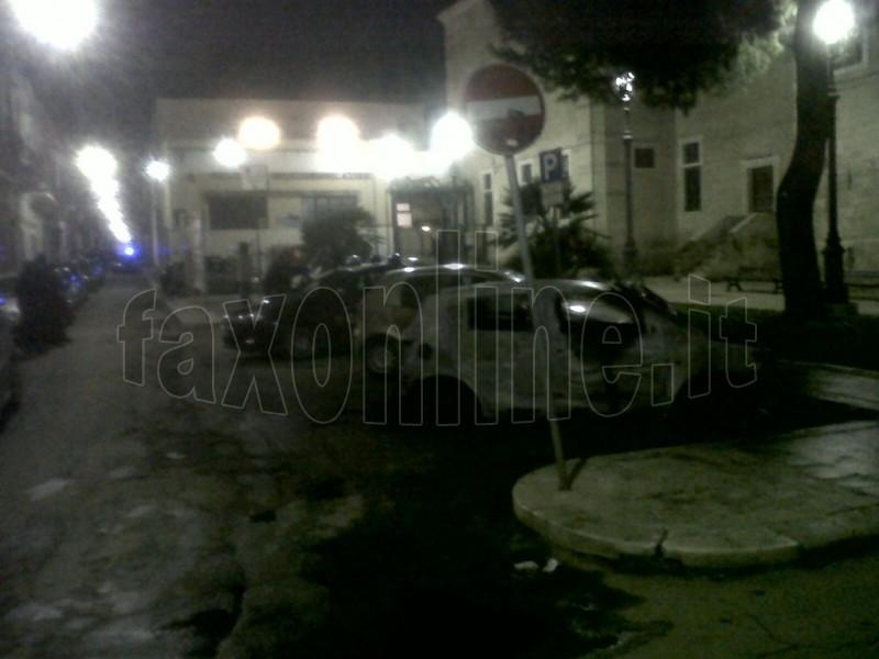 Auto incendiata piazza Kennedy marchiata