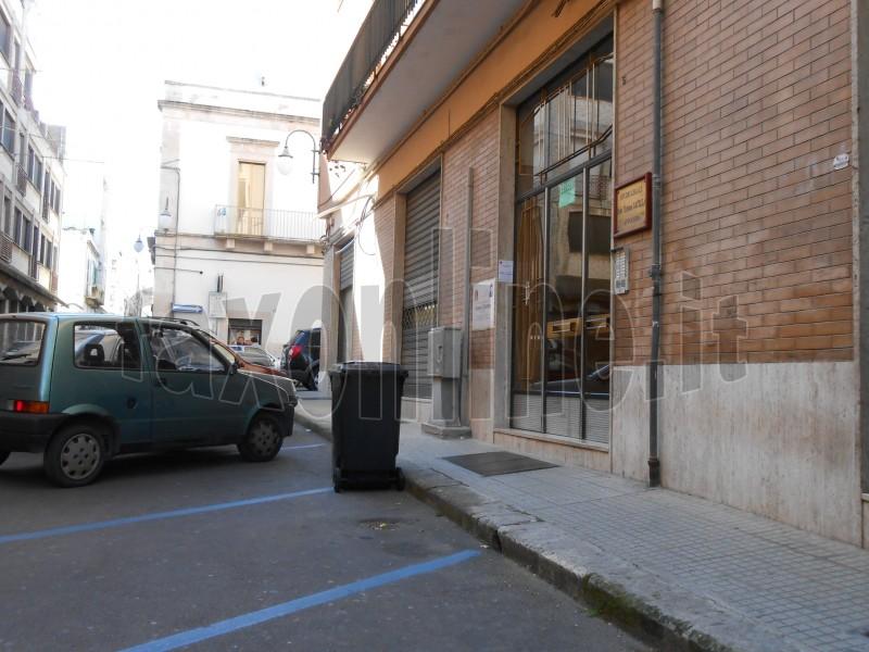 carrellato_rifiuti_sulla_strada