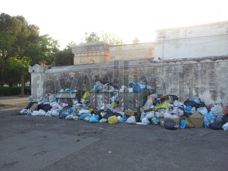 rifiuti_al_cimitero