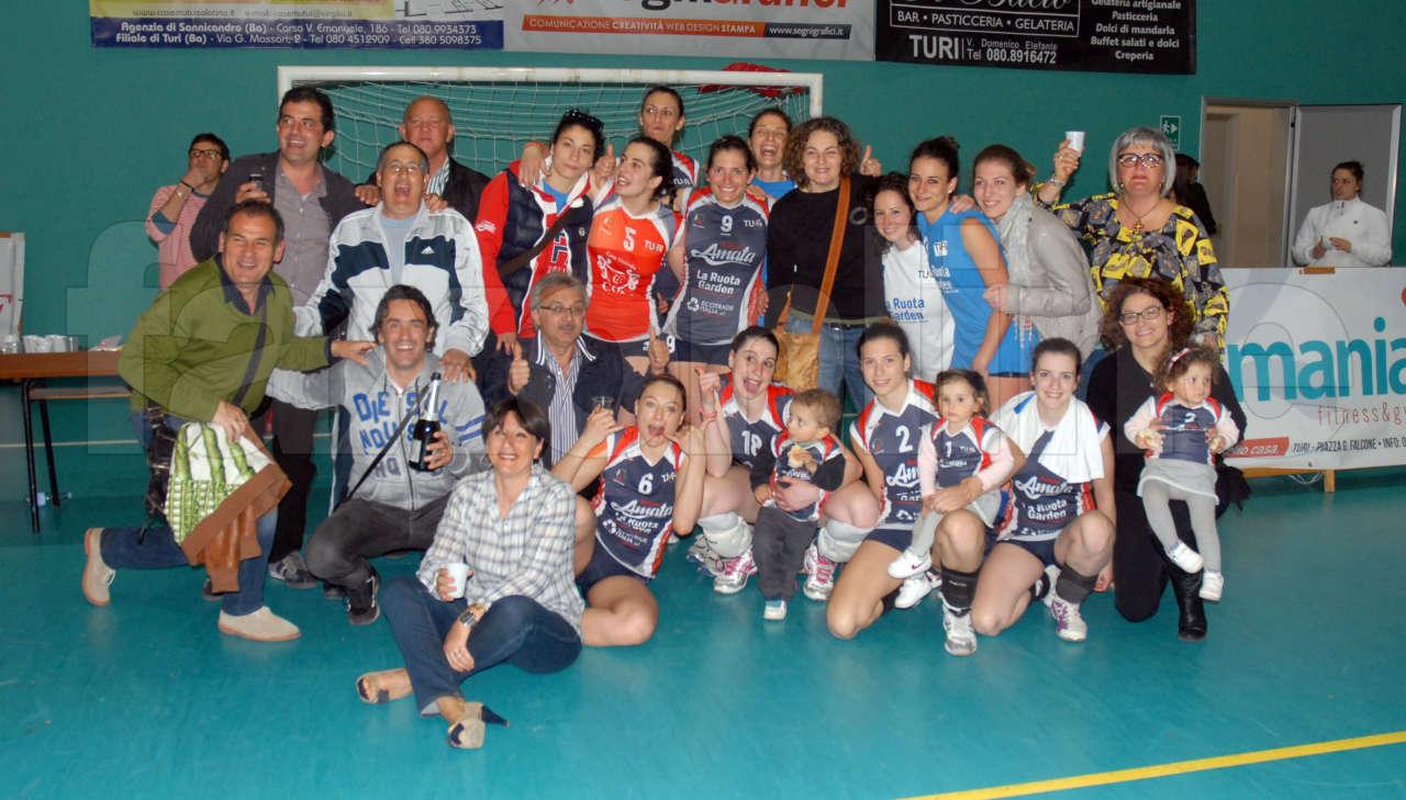 I tifosi dell'Acqua Amata Turi con la squadra dopo la vittoria sul Mesagne