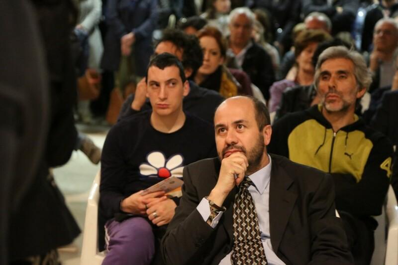 Domenico_Nisi_ascolta_con_attenzione_gli_interventi_dal_pubblico