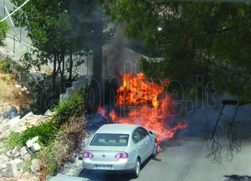 incendio_auto_da_sterpaglie