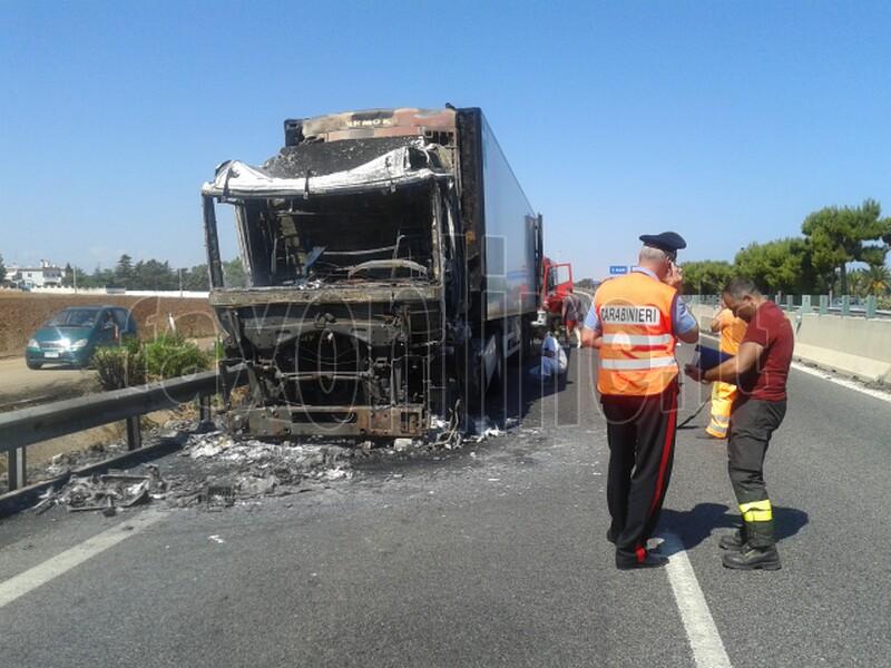 camion incendiato 1
