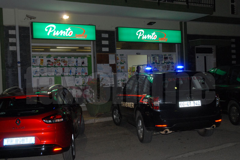 L'auto dei carabinieri davanti al Punto Sma