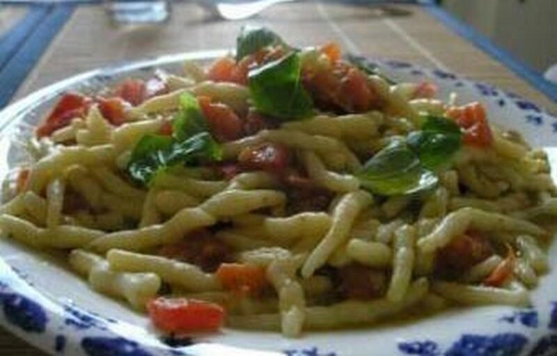 trofiette con pomodori basilico ed erba cipollina