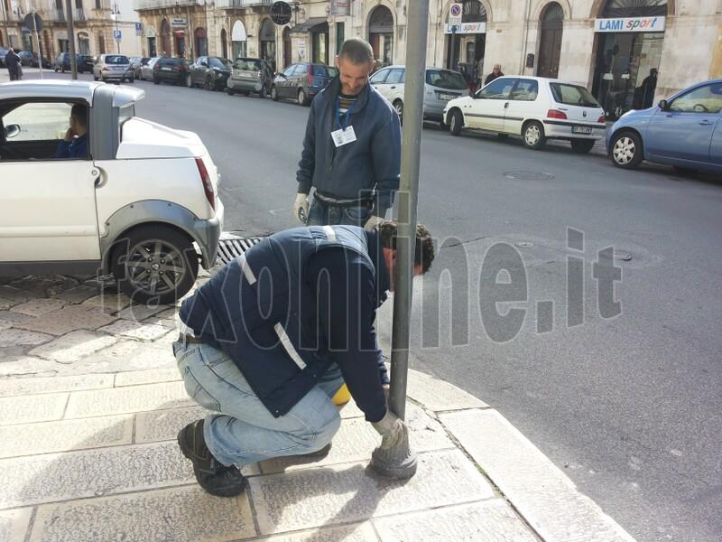 Gli operai a lavoro sabato mattina per ripristinare i pali sullestramurale