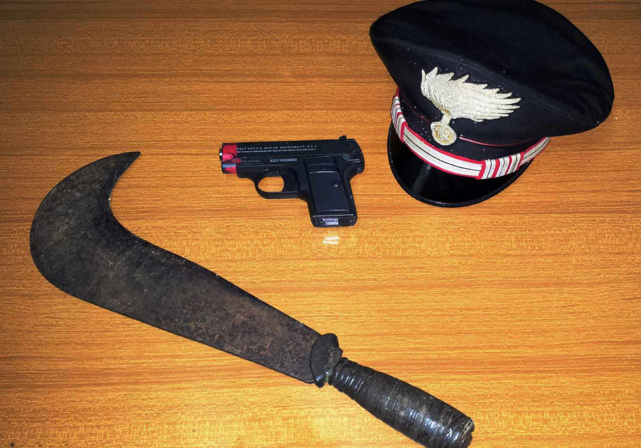 Noci la pistola scacciacani e la roncola sequestrate