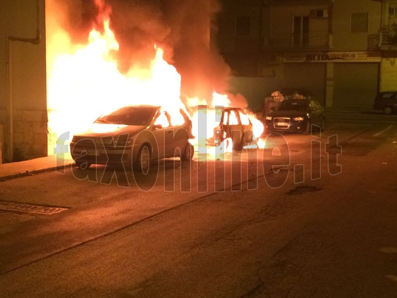 due auto in fiamme