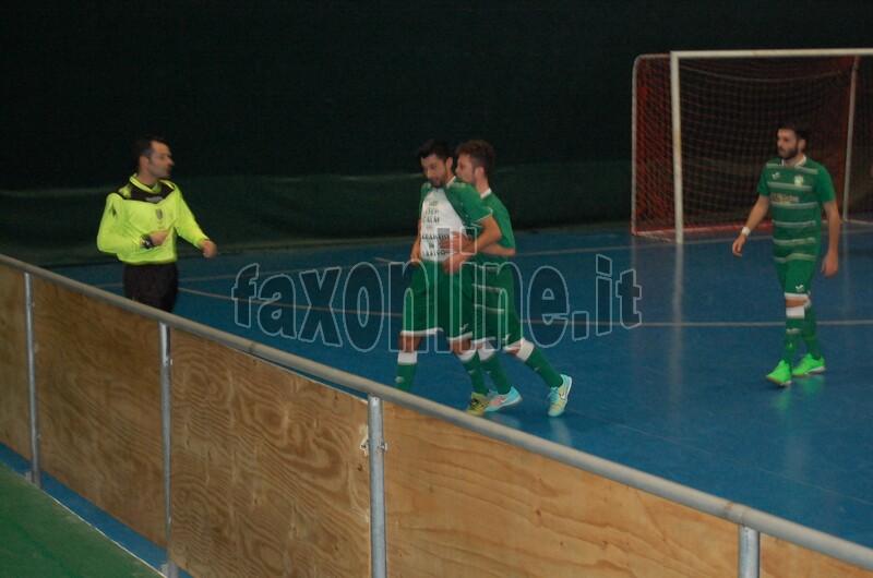 MP Futsal pareggio in extremis col Turi GIANNUZZI   FESTEGGIA IL MOMENTANEO 1-0 copia