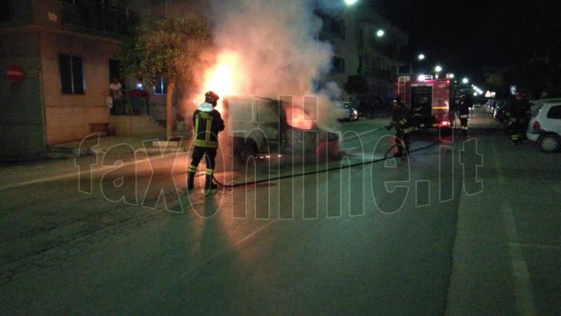 auto in fiamme copia
