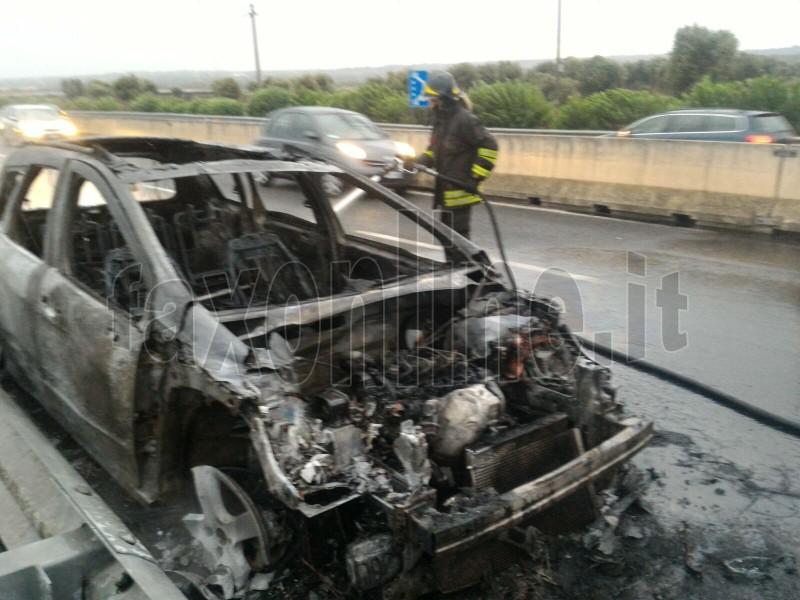 auto incendiata ss16