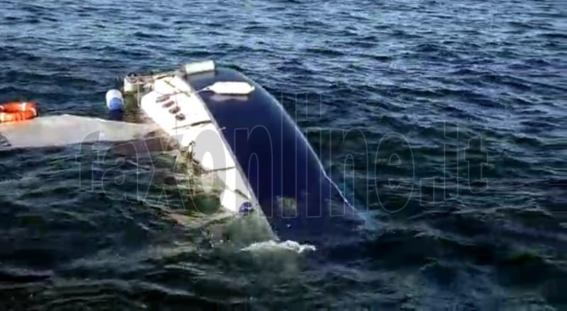 barca anziani naufragata